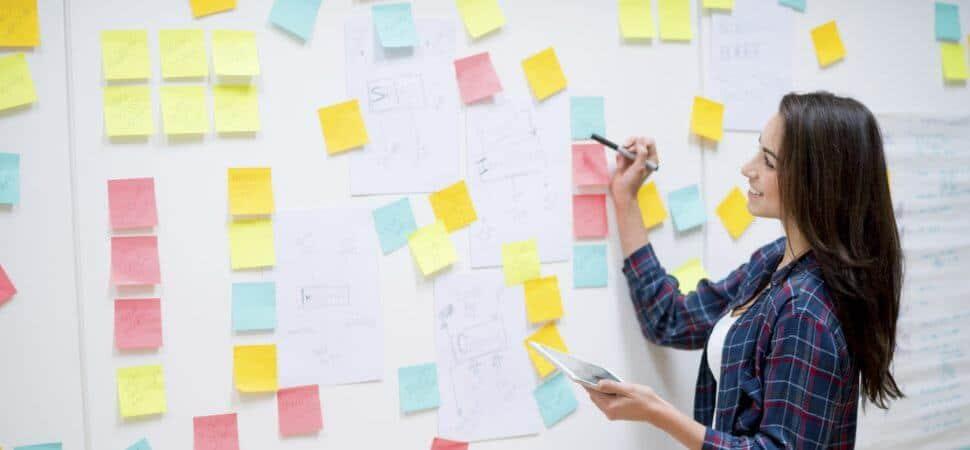 Een Lean professional die het proces evalueert met een Value Stream Map